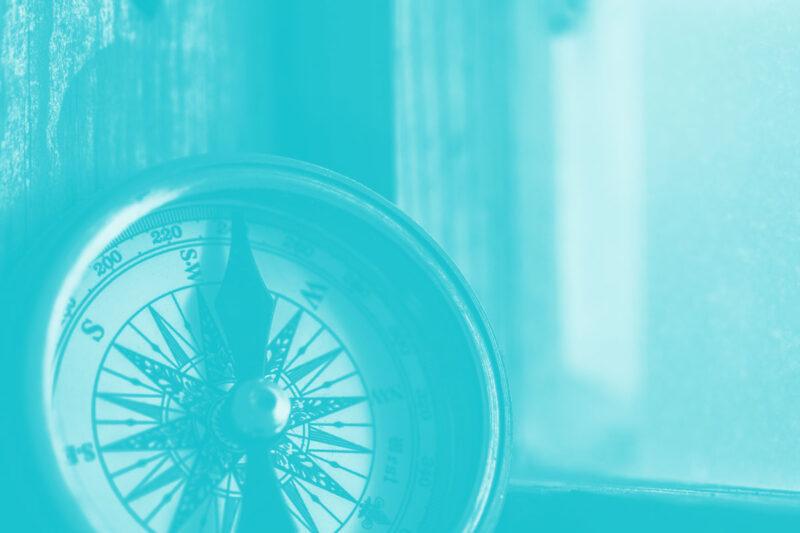 Fotografia de uma bússola alusiva aos conceitos de criatividade e comunidade