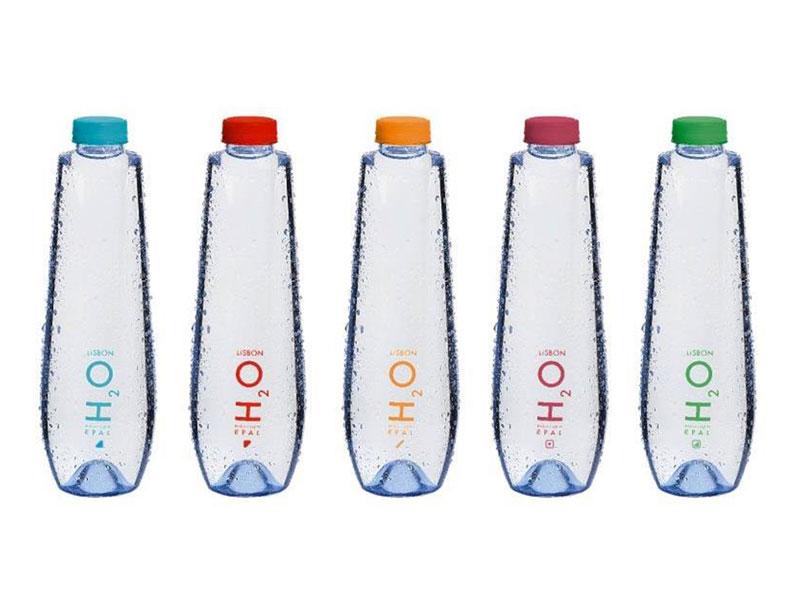 Fotografia de garrafas de água recicláveis produzidas pela EPAL
