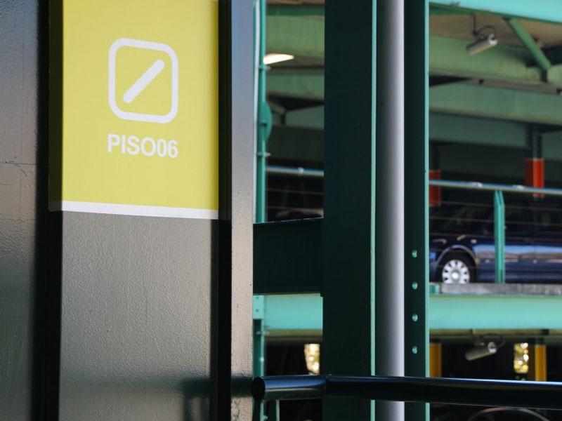 Fotografia de um marco de sinalização num parque de estacionamento