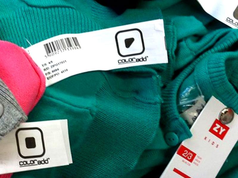 Fotografia de etiquetas de peças de roupa da marca Zippy