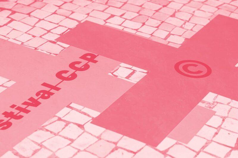 Fotografia da calçada portuguesa com o logotipo do Festival 2018 do Clube de Criativos de Portugal