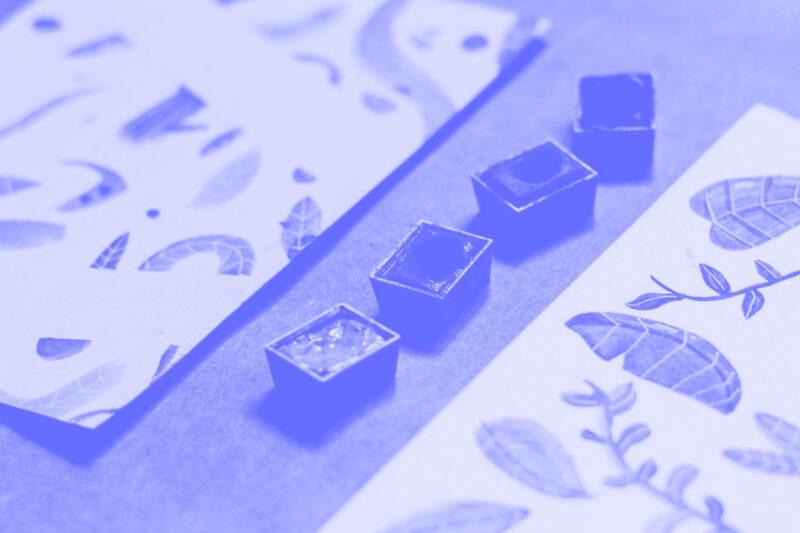 Fotografia de uma paleta de aguarelas alusivas ao conceito de linguagens visuais de ícones