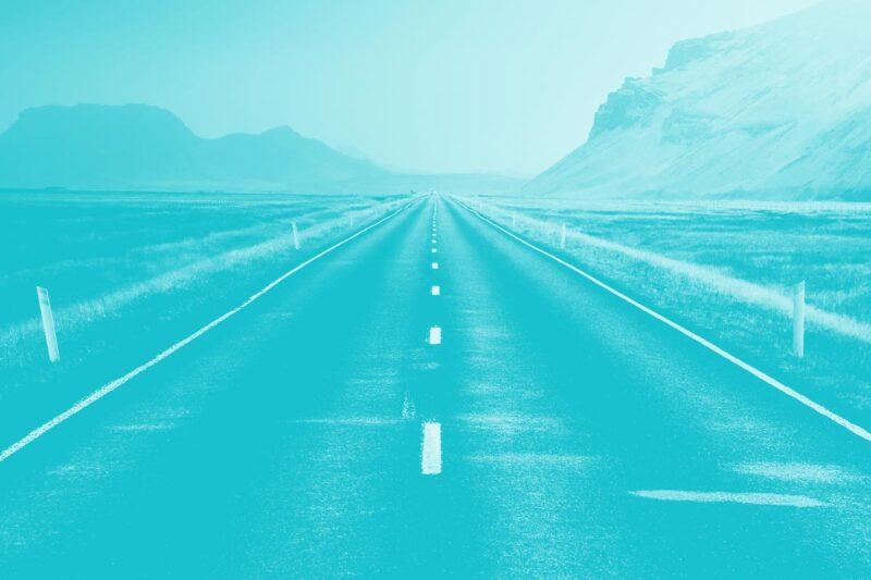 Fotografia de uma estrada deserta no meio de uma paisagem vulcânica alusiva ao conceito de acessibilidade digital