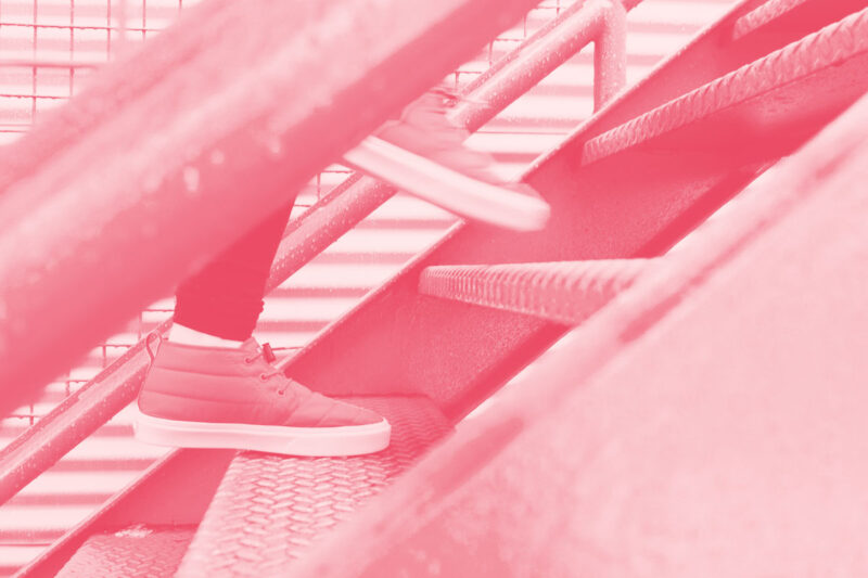 Fotografia de uma pessoa a correr a subir umas escadas alusiva aos conceitos de intranets e equipas