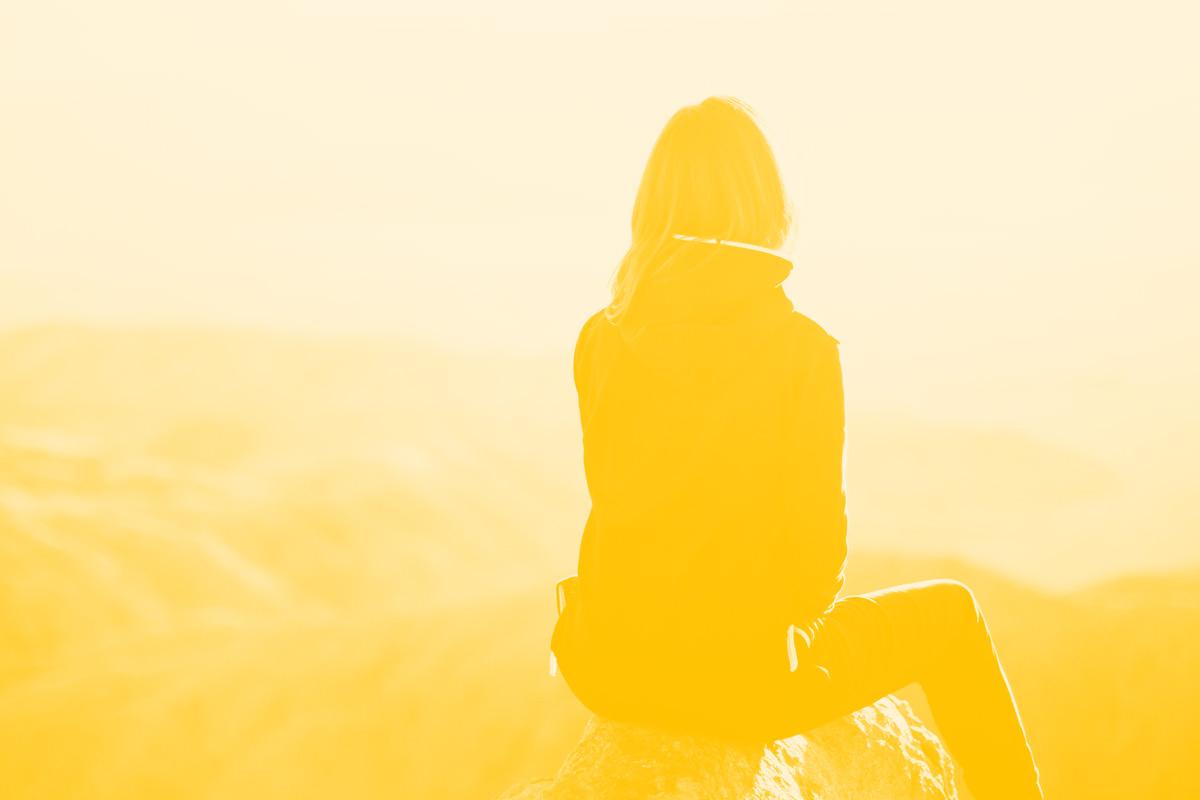 Fotografia de uma pessoa a olhar para o horizonte alusiva ao conceito de desafios da tecnologia