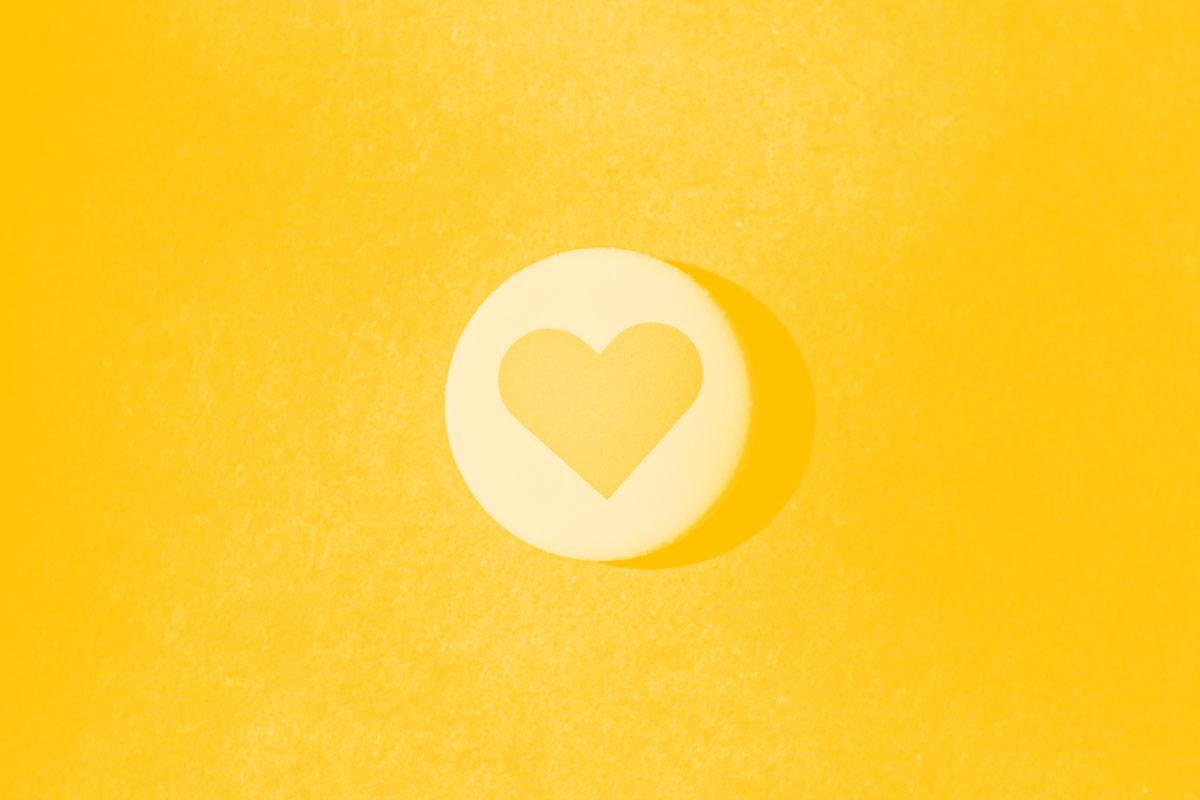 Fotografia de um crachá com um coração desenhado e alusivo ao conceito de acessibilidade