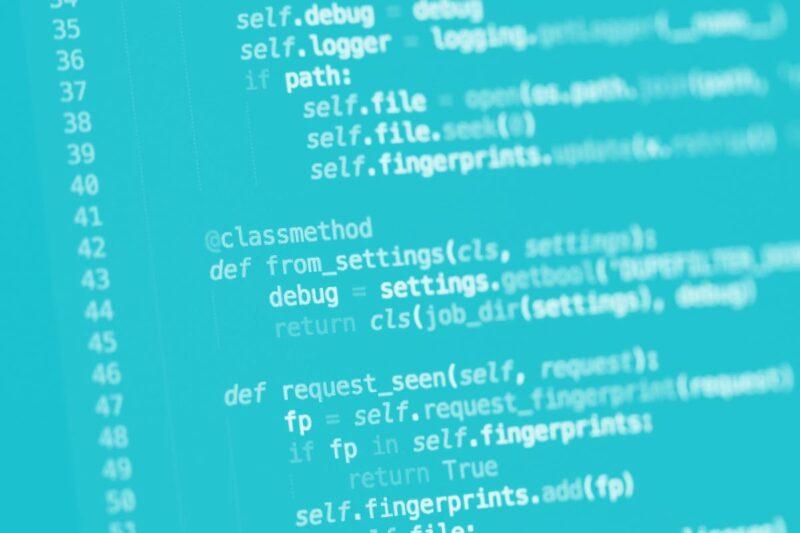 Fotografia de um ecrã com várias linhas de código produzido por agências digitais portuguesas