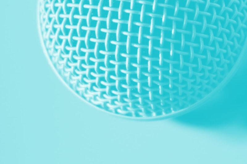 Fotografia de um microfone para podcasts alusiva aos conceitos de sugestões e referências