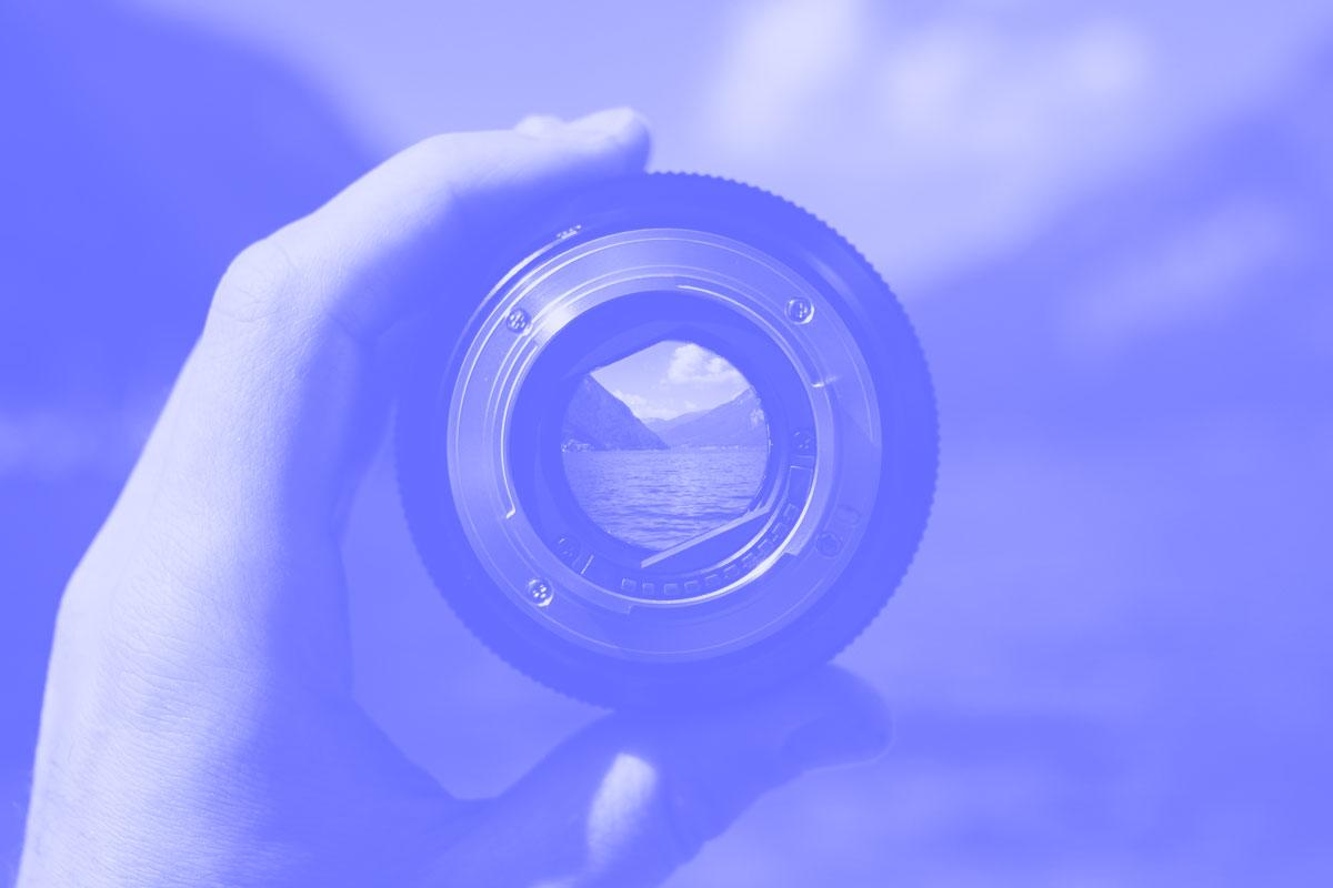 Fotografia de uma objetiva para filmagem de vídeos alusiva aos conceitos de sugestões e referências