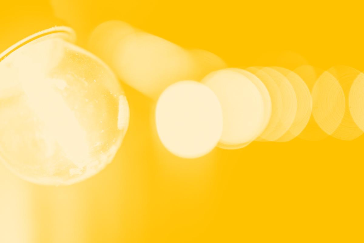 Fotografia de uma sequência de lâmpadas alusivo ao conceito de universalidade na web e acessibilidade