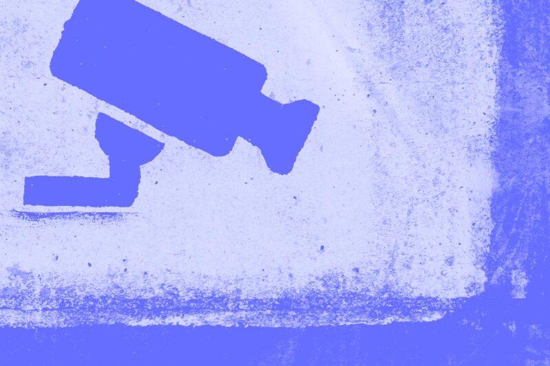 Fotografia do desenho na parede de uma câmara de vigilância alusiva ao conceito de privacidade