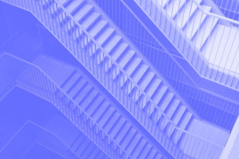 Fotografia de vários lances de escadas alusiva ao conceito de UX e setores público e privado