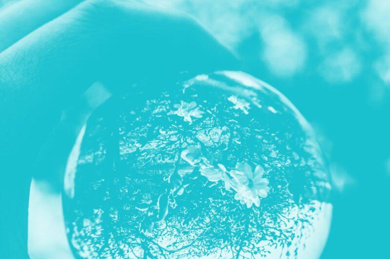 Fotografia de uma bola de cristal alusiva ao conceito de futuro dos serviços públicos digitais