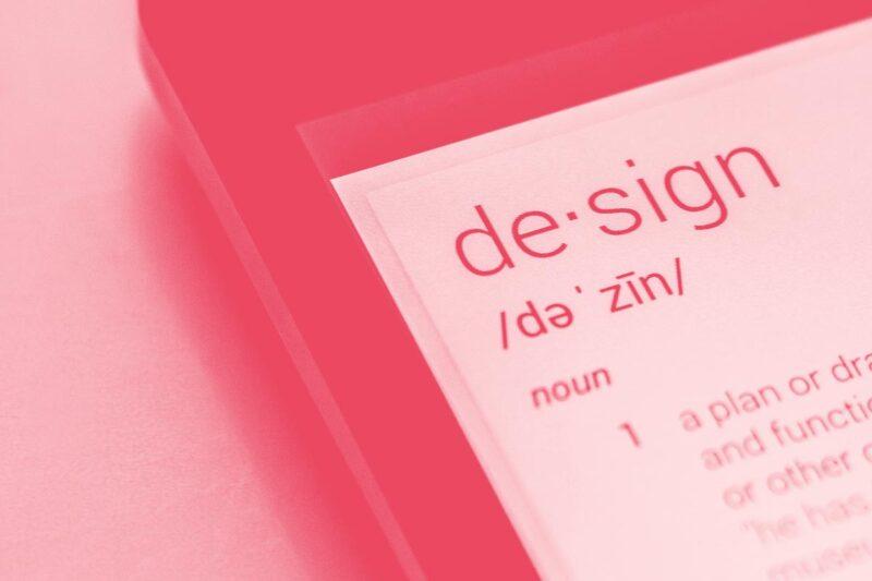 Fotografia de um telemóvel com a página de um dicionário aberta alusiva ao conceito de glossário da equipa de design