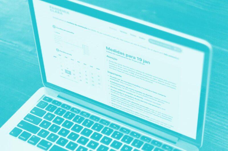 Fotografia de um computador a mostrar um website alusivo ao Pandemia Clara