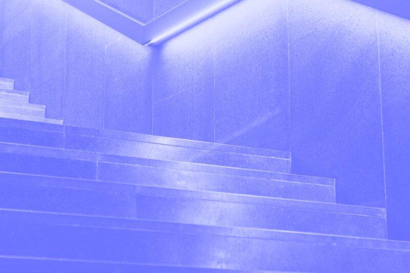 Fotografia de um lance de escadas alusiva ao conceito de matriz de maturidade de UX