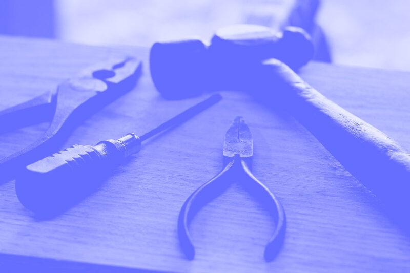Fotografia de uma banca de ferramentas alusiva ao conceito de competências de um UX designer