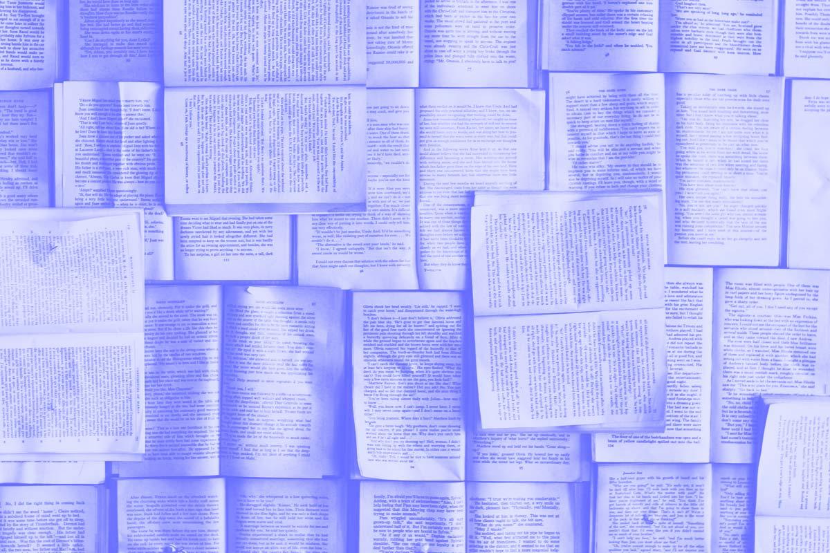 Fotografia de vários livros abertos sobre uma mesa alusiva ao conceito de livros sobre a história do design thinking