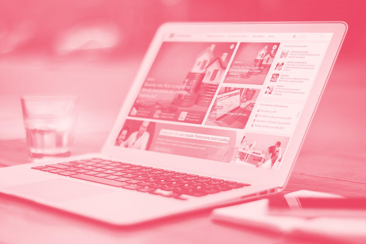 Fotografia de um computador a mostrar um website alusivo ao Doutor Finanças