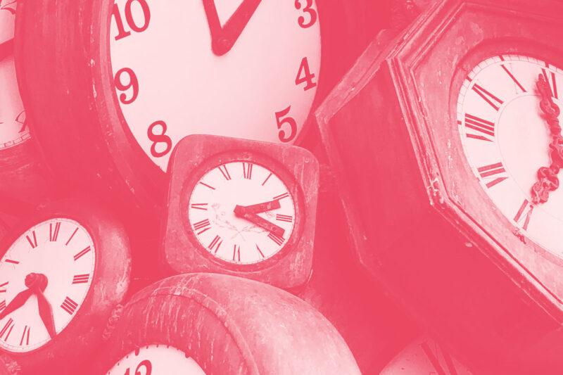 Fotografia de vários relógios de ponteiros alusiva ao conceito de cumprimento de prazos