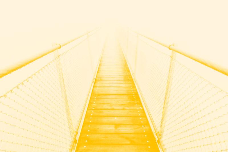 Fotografia de uma ponte no nevoeiro alusiva ao conceito de princípios em design
