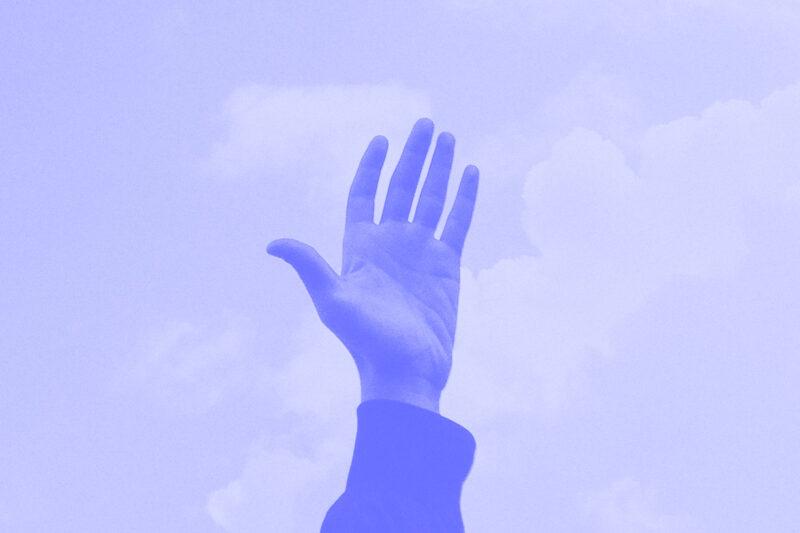 Fotografia de uma mão estendida alusiva ao conceito de consultoras digitais