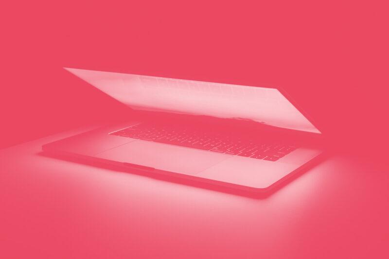 Fotografia de um computador semi-aberto alusiva ao conceito de design systems