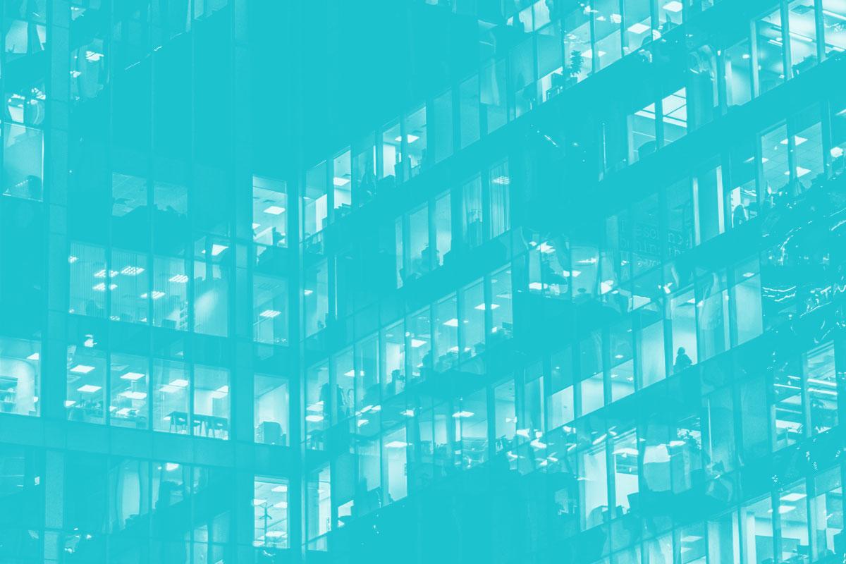 Fotografia de vários andares espelhados de um prédio alusiva ao conceito de relação do Estado com os Cidadãos